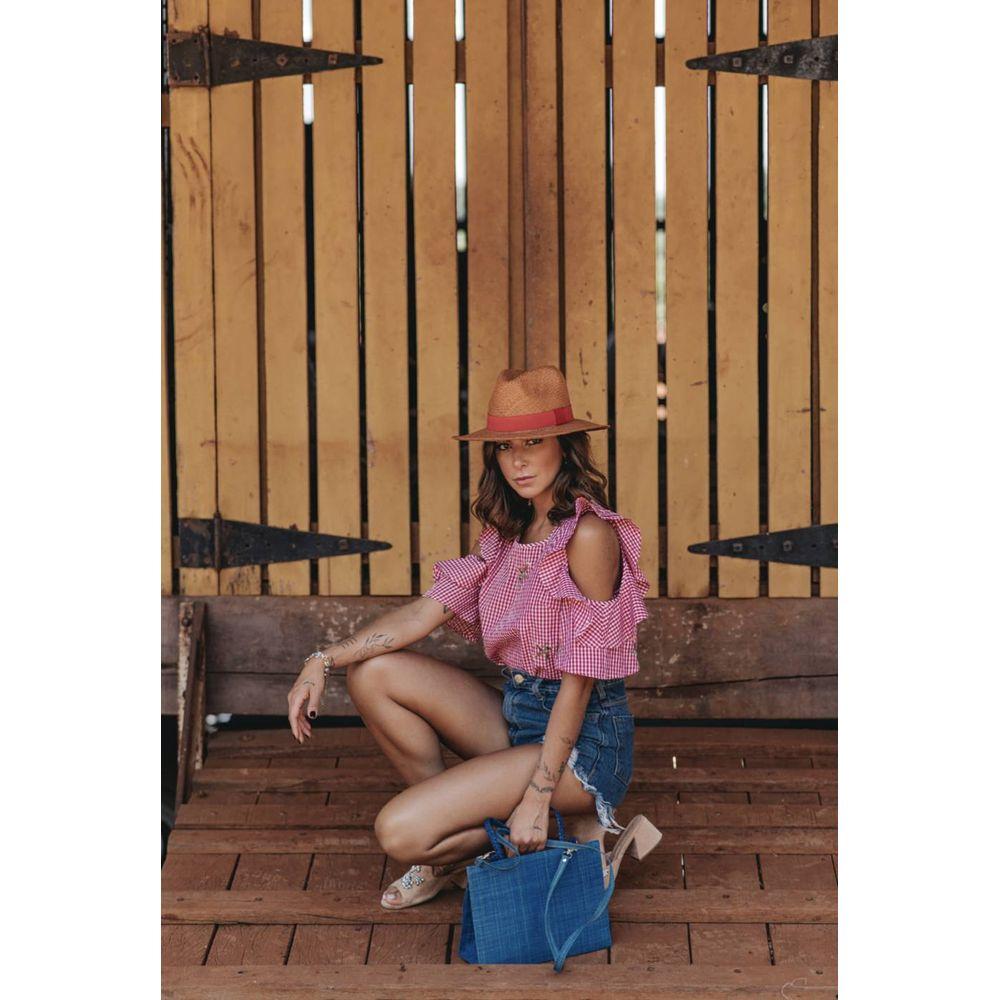 Imagem mostra mulher de chapéu - como escolher o chapéu de acordo com o seu estilo