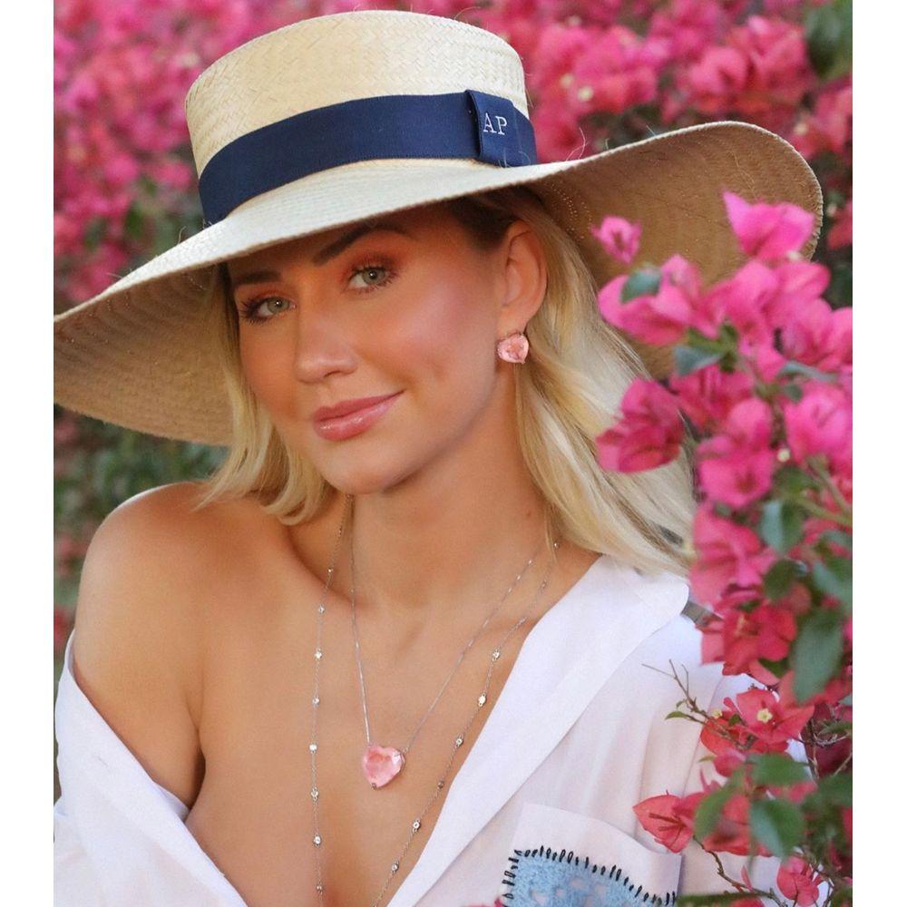 Ana Paula Siebert com chapéu Paris