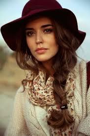 Mulher com chapéu e trança