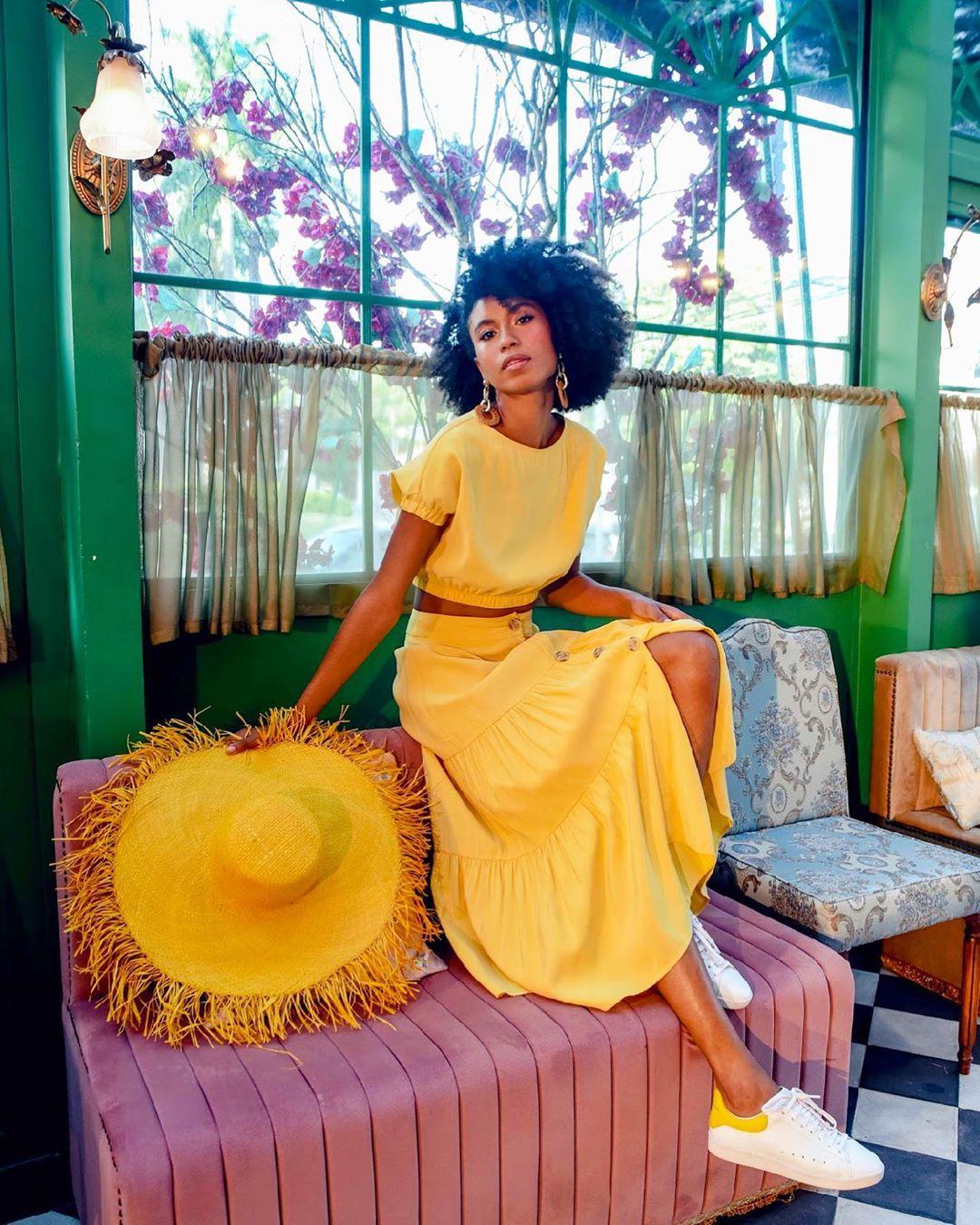 mulher com look amarelo