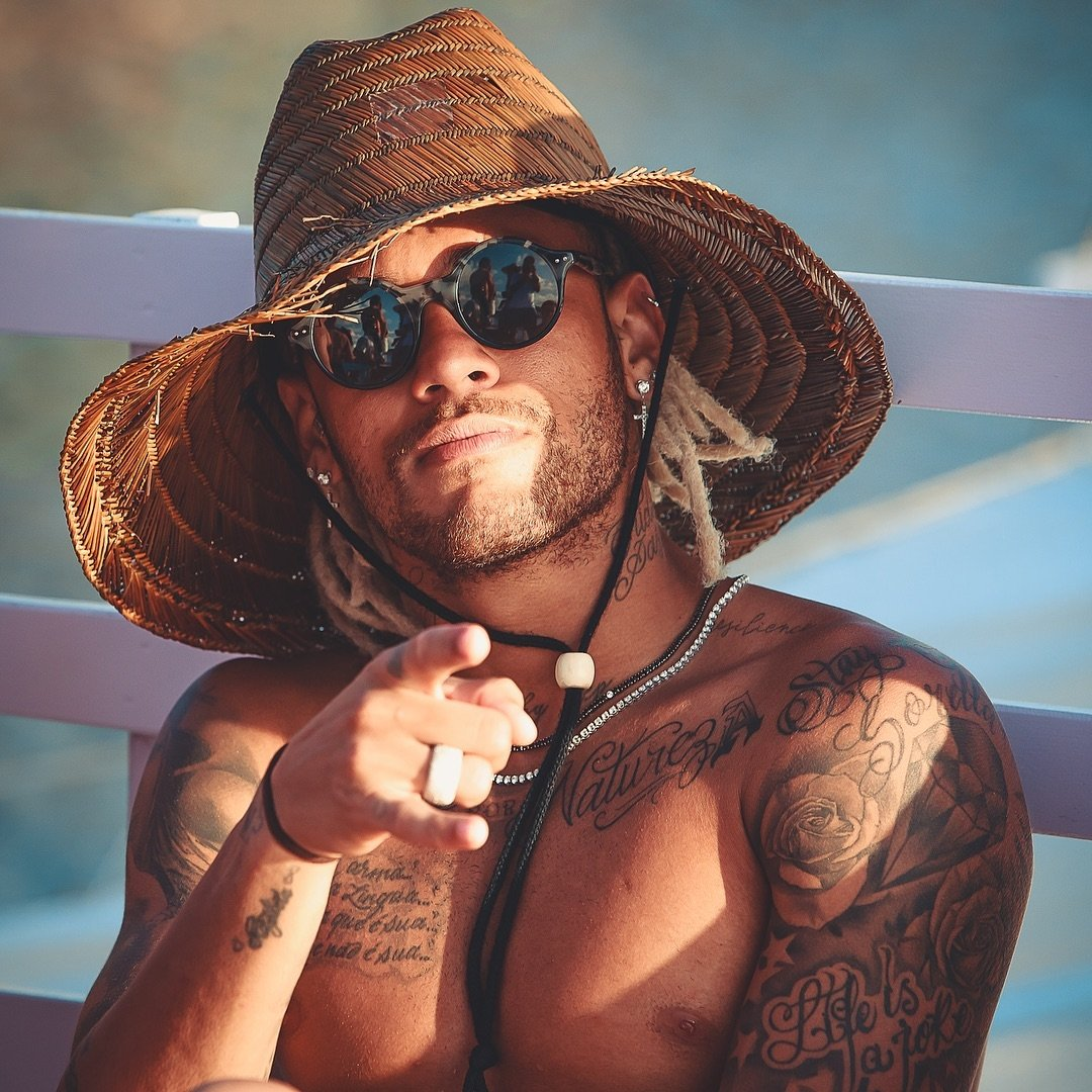 Neymar com Chapéu de Palha Hawaii