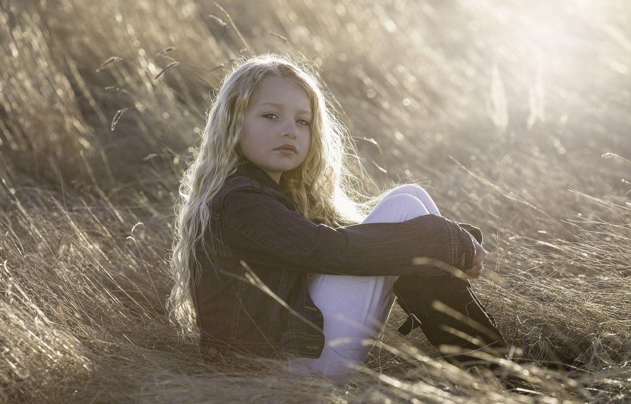 Imagem mostra menina sentada na grama - nomes franceses