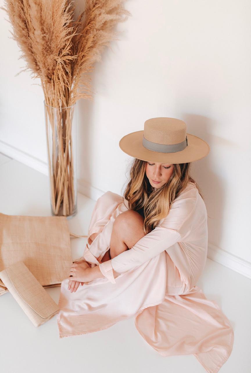 Imagem mostra modelo com look de inverno e chapéu - como usar chapéu no inverno