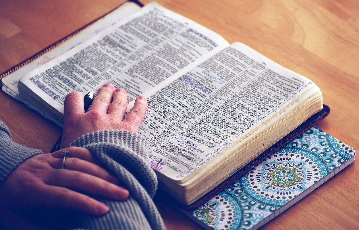 Imagem mostra Bíblia - salmo 91