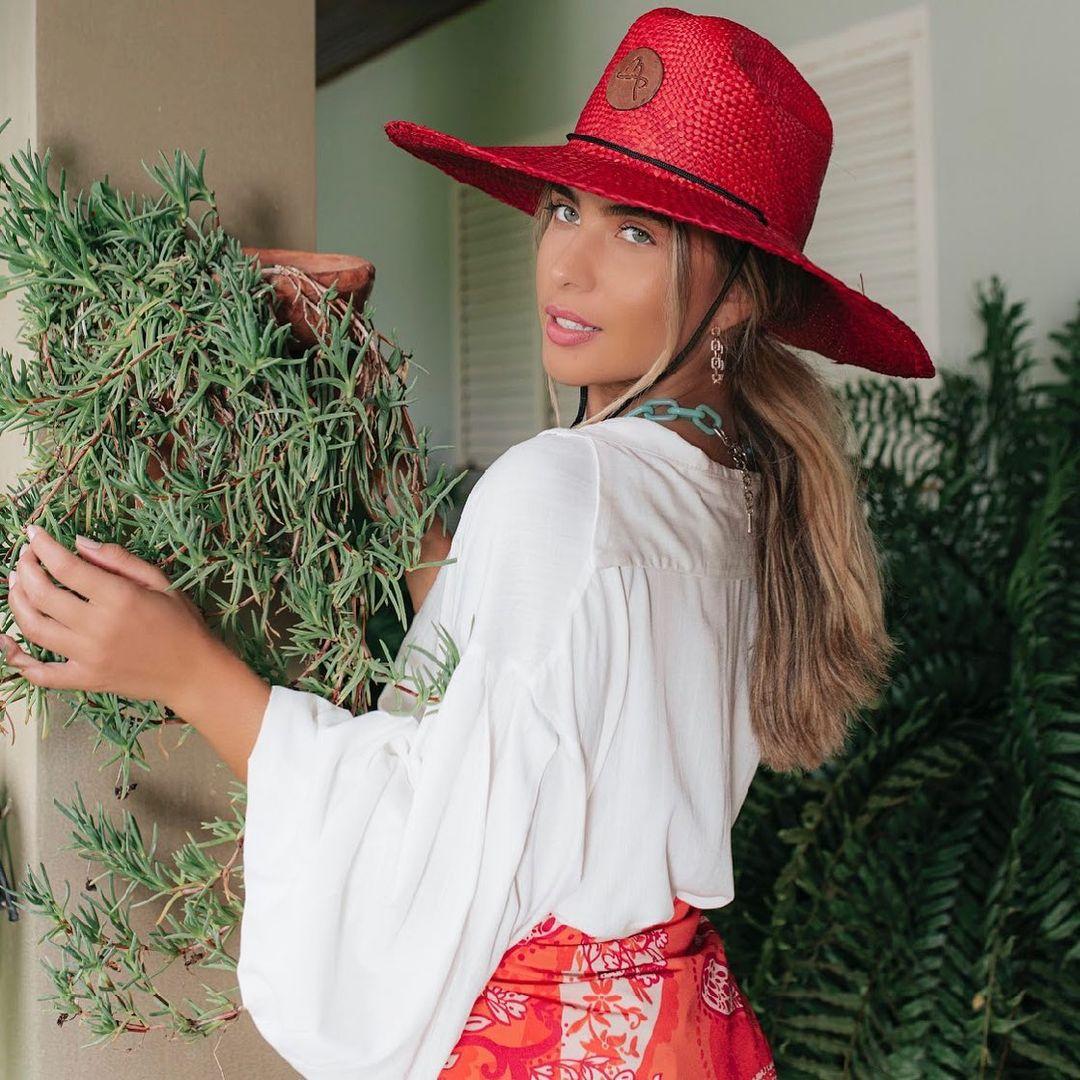 Imagem mostra look com chapéu vermelho