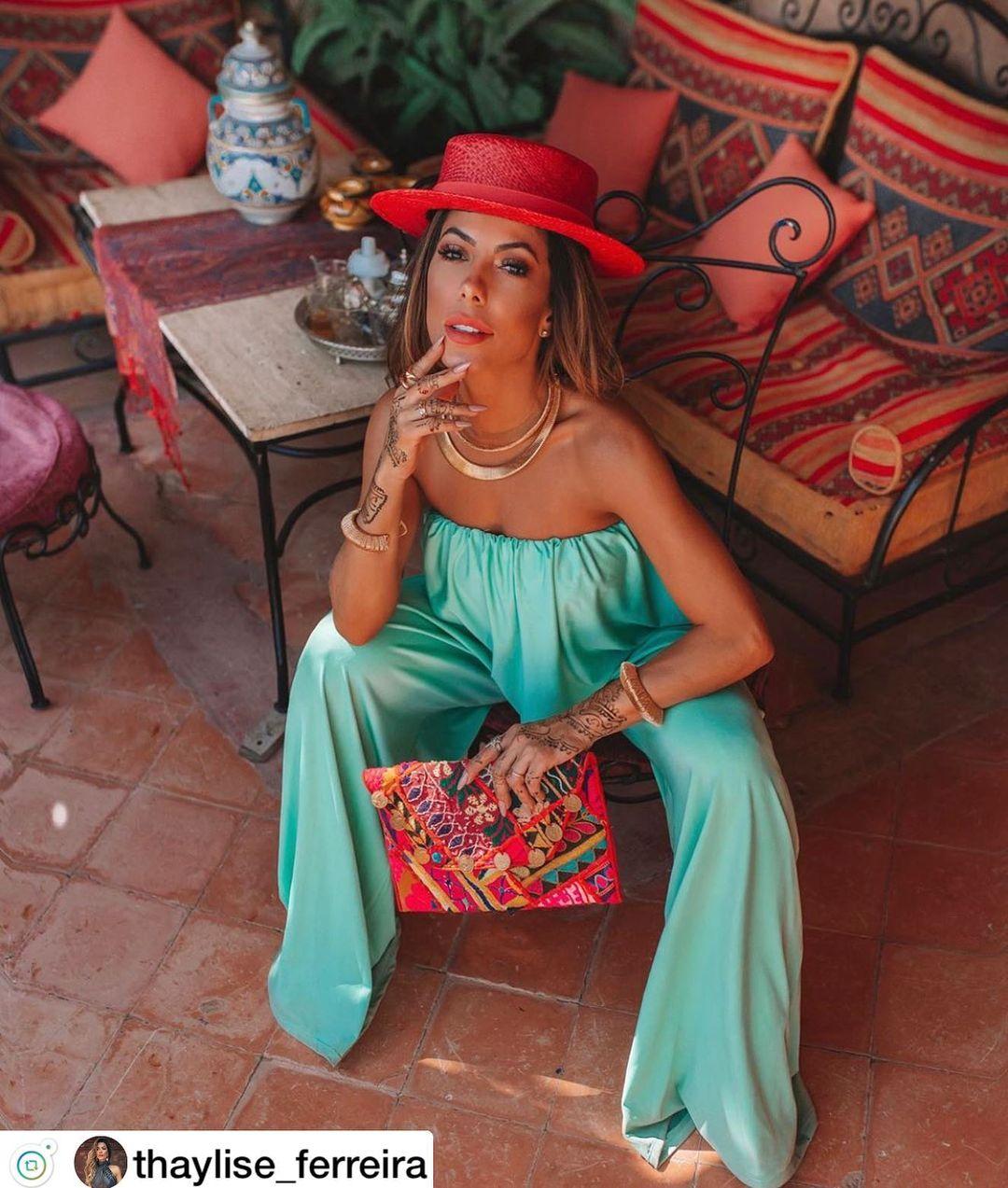 Imagem mostra mulher de chapéu - como escolher chapéu de acordo com seu estilo