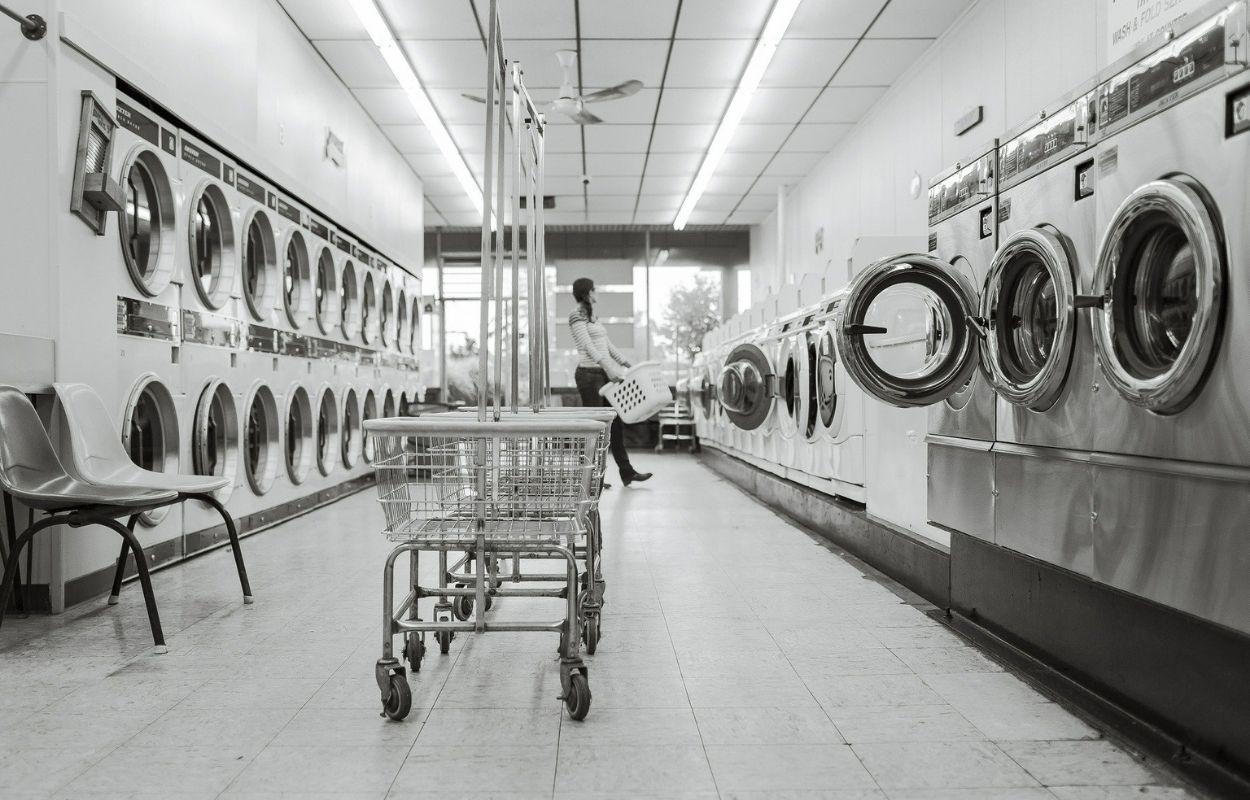Imagem mostra máquina de lavar roupa - fronha de seda