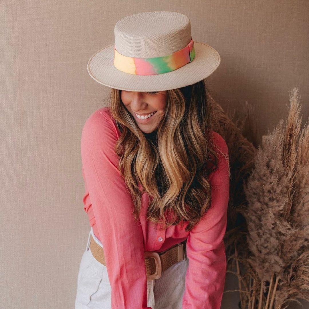 Imagem mostra look com chapéu na moda