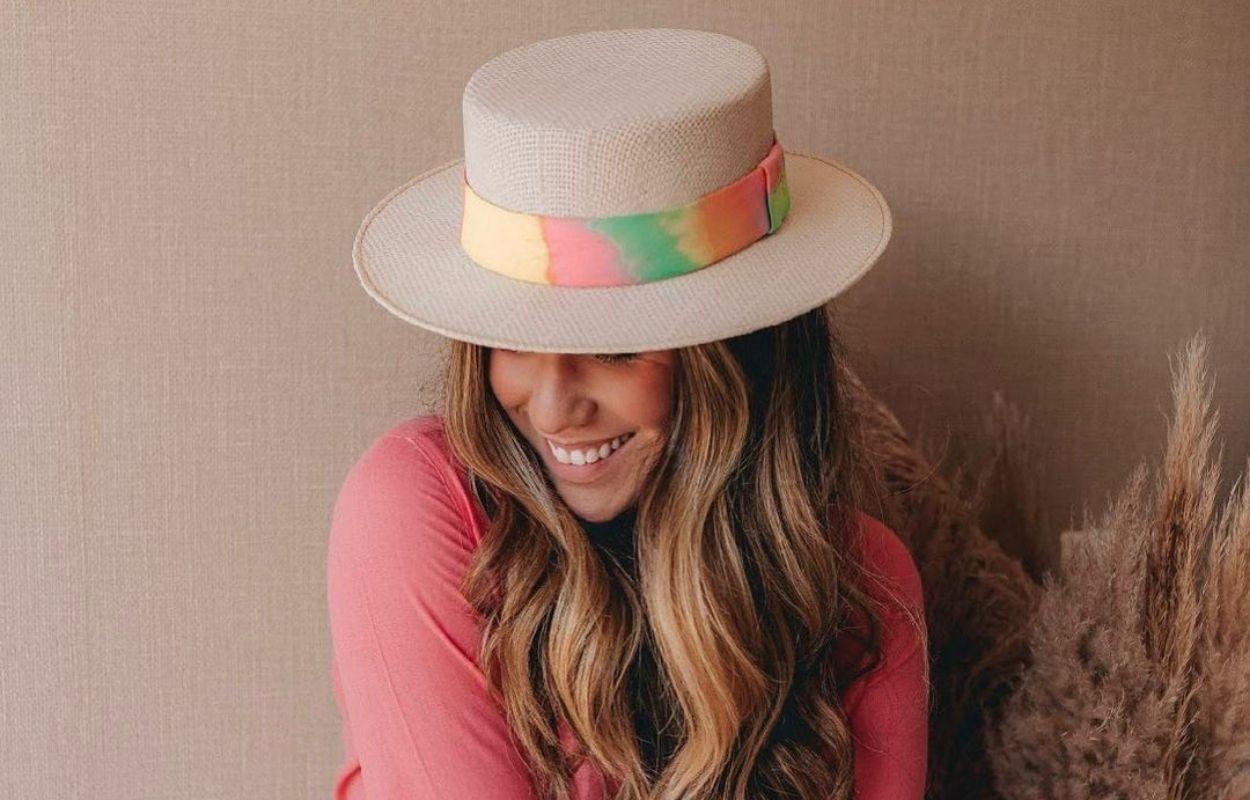 Imagem mostra look com chapéu