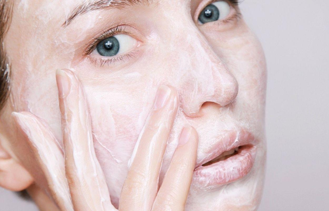 Imagem mostra mulher com creme no rosto - hidratante de rosto natural