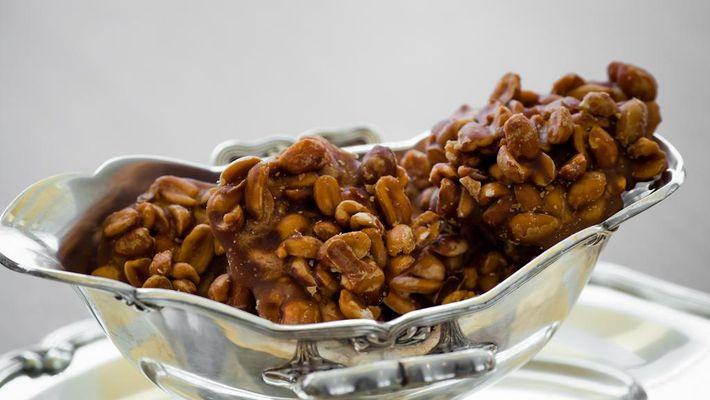Imagem mostra pastel de pé de moleque - festa junina comidas