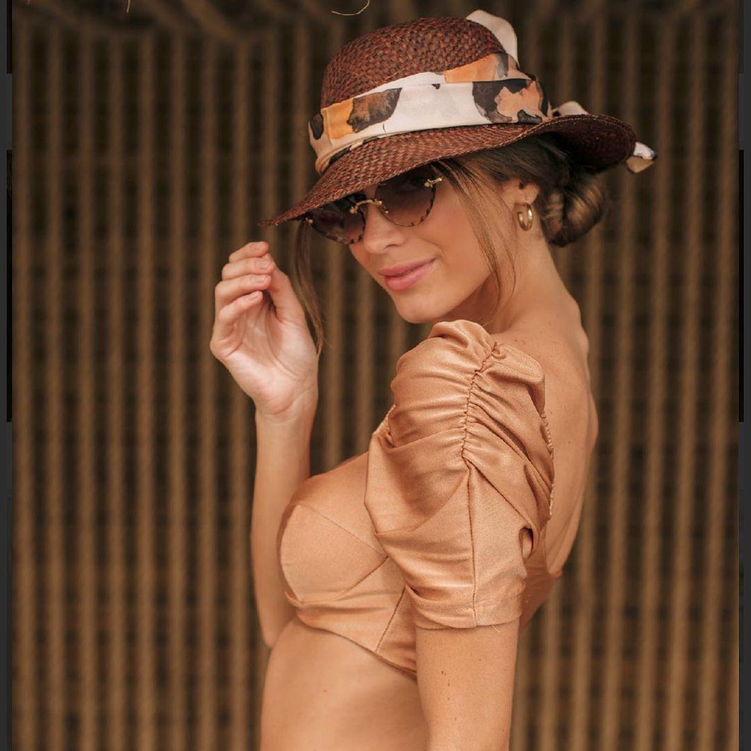Imagem mostra mulher de chapéu - chapéu para cabelo curto