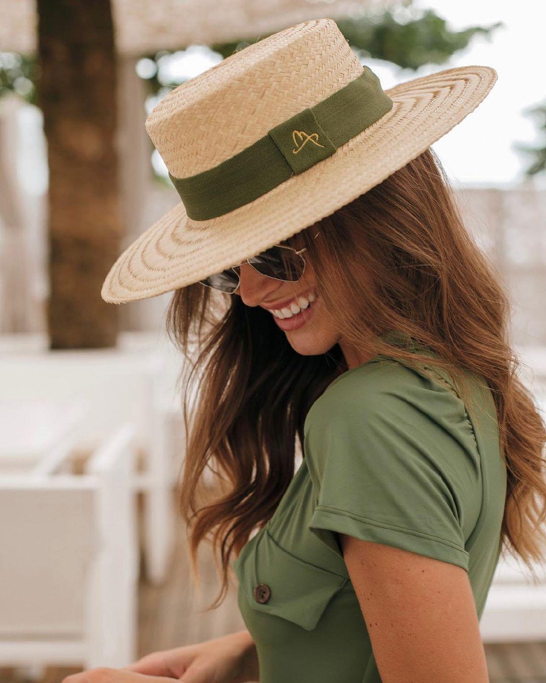 Imagem mostra mulher de chapéu - como escolher o chapéu de acordo com o seu cabelo