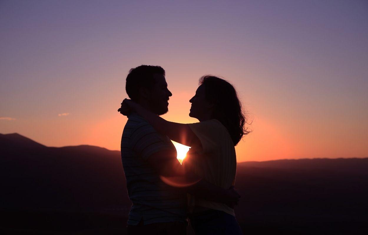 Imagem mostra casal apaixonado - Bio do instagram combinando com namorado